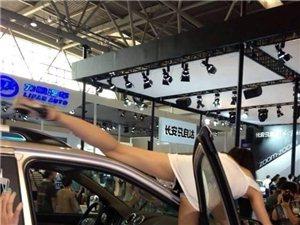 重庆车展,车模妹子走光露底撅腚劈腿低俗不堪