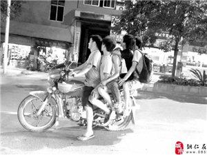 险!铜仁东太大道5人同坐一辆摩托车
