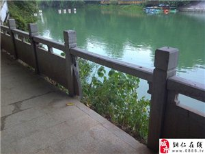 铜仁碧江区瓦窑河沿江步道及石护栏损坏