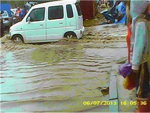 汇济小学门口的路积水太深了,快修下路吧。