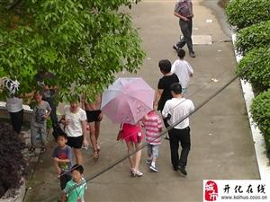 """2013年衢州市第二届""""金泰杯""""少儿象棋等级邀请赛比赛现场的家长们"""