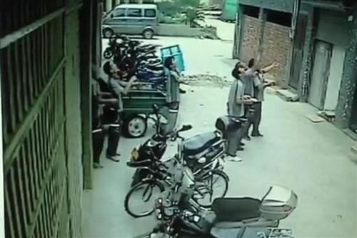 浙江女童4楼坠下被8名快递哥接住