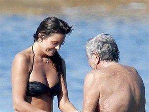 """神啊!实拍72岁时尚大佬享受20岁小女友洗""""鸟"""""""