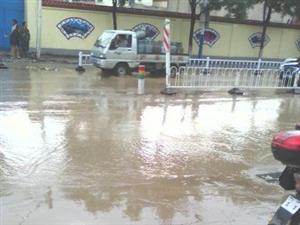 新葡京城东关街,排洪设施不到位,一到雨天就看海。
