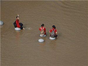 全国多地遭遇暴雨 大雨后民生百态