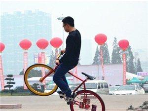 """乐山现""""死飞""""一族  爱上没有刹车的单车"""