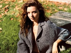 米兰达出镜VOGUE大片 全裸披大衣素颜