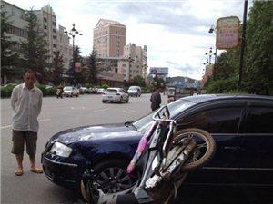 澳门网上投注平台东风东路发生一起车祸 摩托车后座人员当场撞飞