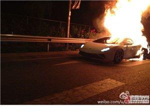 北京四环一辆兰博基尼行驶中起火被烧毁