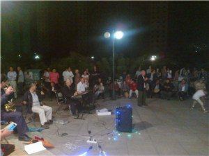 夜景实拍:人民公园业余歌手演唱表演
