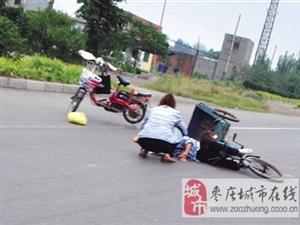 老人骑车摔伤 路人停车相助