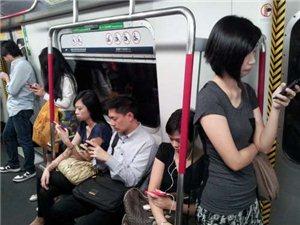 """手机比恋人还重要 香港""""低头族""""盛行的社会隐忧"""