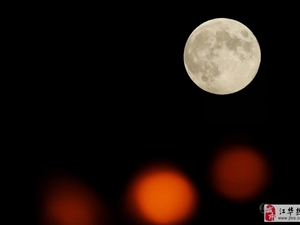 """最大圆月中秋夜登场 岳麓山被赏月市民""""占领"""""""