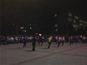 跟我?#40644;?#21435;菏泽学院跳广场舞吧