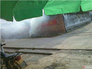 澳门太阳城网站市日东中学在校门口烧生活垃圾