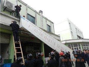 宁国城管局拆除大华市场内乱搭建和乱披挂