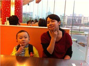 老婆和儿子在成都城市之心肯德基