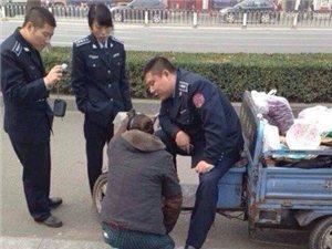 女摊贩下跪阻止执法 城管边笑边拍照