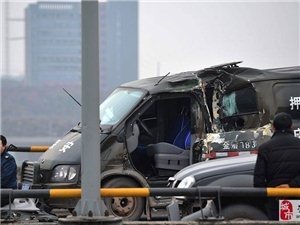 [转帖]重庆北碚多车连环相撞 押钞车被撞变形