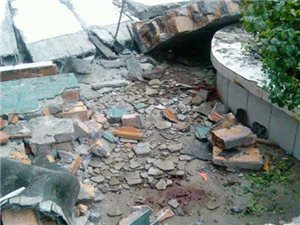 【转帖】四川一学校围墙倒塌