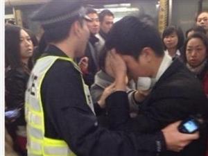 男子被众人围堵  因其趁地铁?#21619;?#29477;亵女乘客