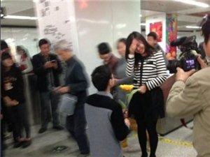 苏州地铁1号线乐桥站碰见男子手持菊花跪地求婚