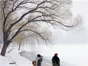 水城�M已入冬天,北京迎��2013第一�鲅�,大家多穿衣服,注意保暖。