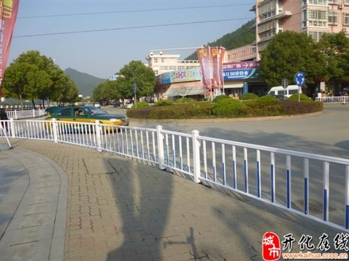 在平时交通比较堵的地方已经装上防护栏