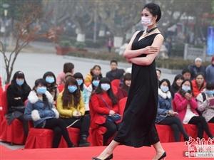 南京持续雾霾 模特戴口罩走秀