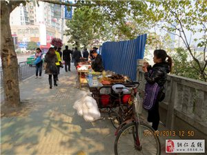 商贩人行道上摆摊卖小吃