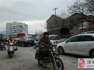 """""""什么车最长?――堵车!""""浦城县城西七星桥碰上堵车的情景越来越频繁了。"""