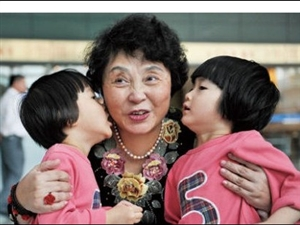 六旬失独老太做试管婴儿手术诞下双胞胎(组图)