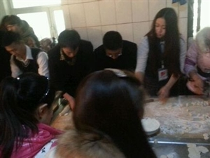 【同包饺子情暖冬日】12月22澳门威尼斯人游戏官网公益志愿者走进福利院。