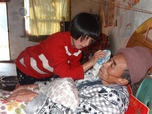 9岁女孩照顾生病爸爸