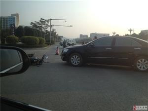 友谊大道看到的车祸,大家开车要当心啊