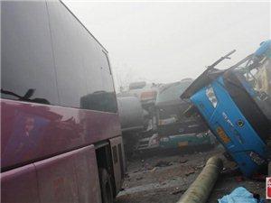 四川大雾致内宜高速发生14车连环追尾 2死10余人伤