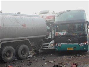 四川大雾致内宜高速发生14车连环追尾2死10余人伤