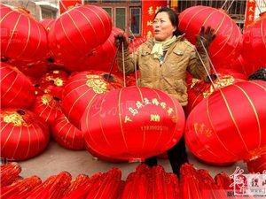 随着马年春节的临近,稷山杨赵村村民在赶制灯笼迎新春