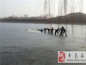 (图)唐山大学生掉进冰窟窿 6名市民手牵手施救