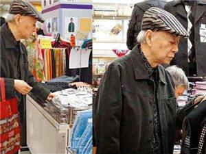 吴君如83岁老爸超市专买打折秋裤 挤公交回家(组图)