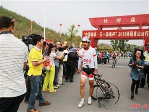 选手扛着自行车到达终点