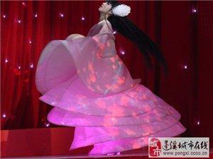 2014央视春节联欢晚会揭秘:侧躺剧怎么演的?小彩旗真转了4小时?