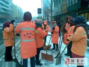 爱的奉献,不怕寒冷的女工,为我们疏通道路,你们辛苦了!