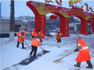 城区环卫工人寒风中铲冰除雪