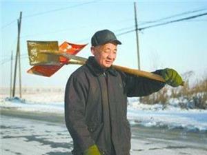 陕西延安六旬夫妇为送女儿赶火车扫雪15公里