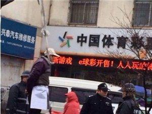 苏州友新新村大叔路边上吊引起多人围观,影响交通
