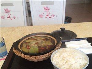 白云巷子这边的黄焖鸡米饭,厌倦了盒饭的上班族可以尝尝!
