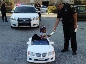 美女童超速开玩具车被警察开罚单