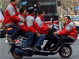 常德5名男子挤1辆电动车在街头行驶引围观