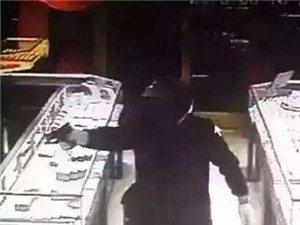 山东郯城一家金店遭劫匪持枪抢劫劫匪头部戴头盔